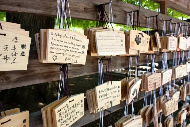 Pyhäkössä sai kirjoittaa rukouksia ja toiveita puulevyille