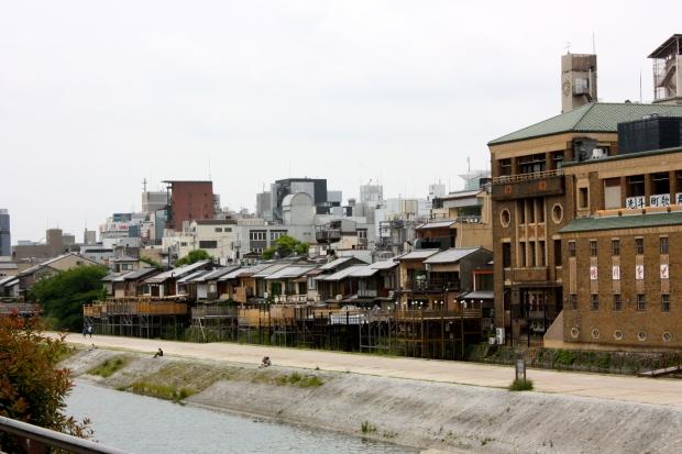 Kioto. Oikealla kabuki-teatteri.