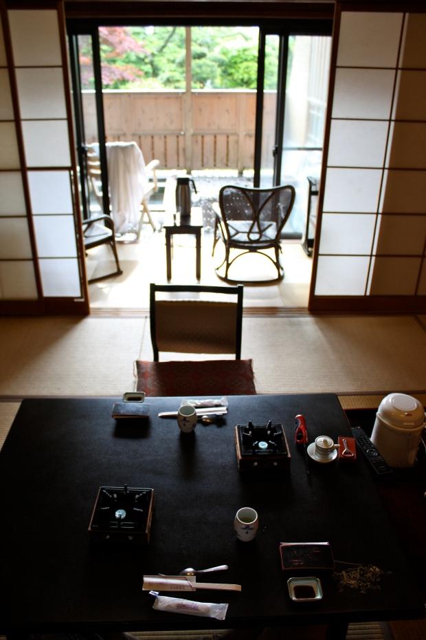 Pöytä, riisipaperiovet ja terassi