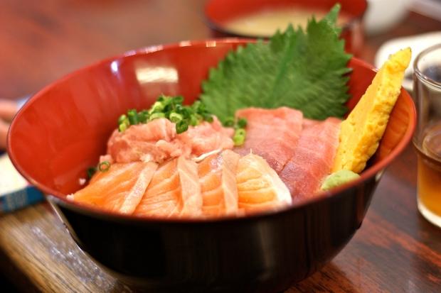 Kala-riisi-kulho Tsujikin torilla